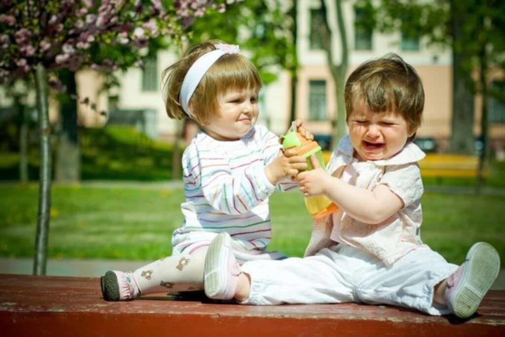 ребенок с родителями в гостях
