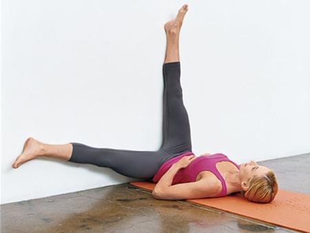 Изометрические упражнения у стены