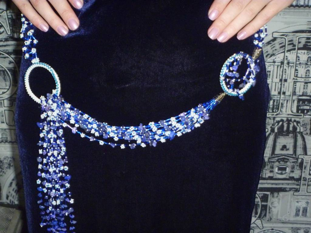 плетеные тонкие ремешки из ткани или замши, украшенные бисером