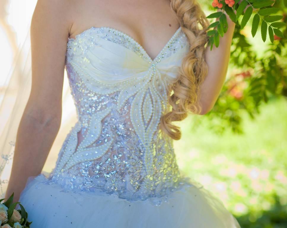 Платье невесты модели с кружевами