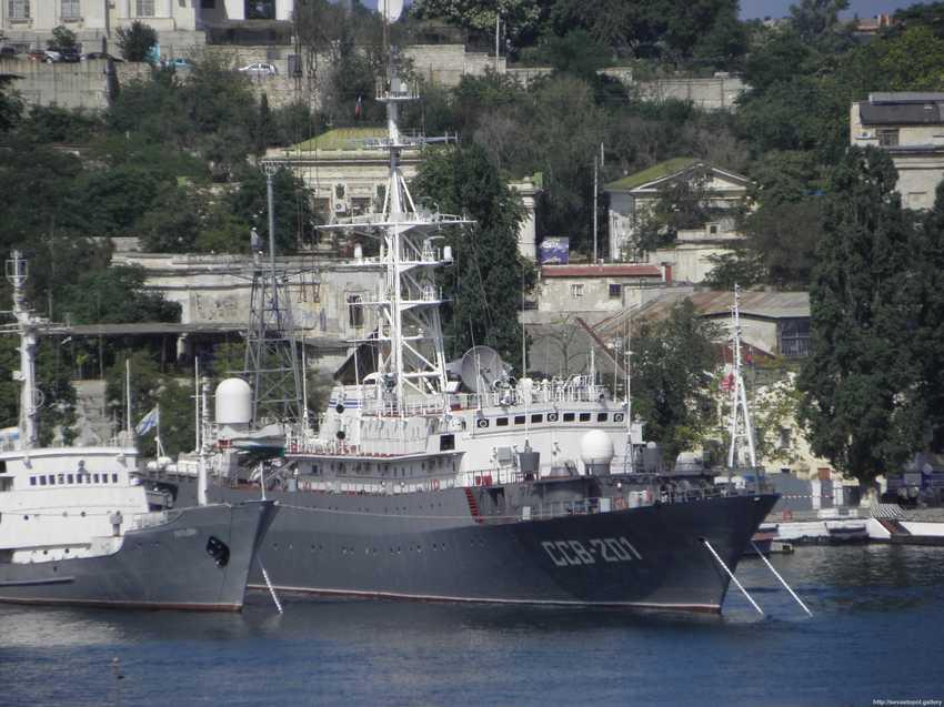 Корабль Приазовье в Керченском проливе