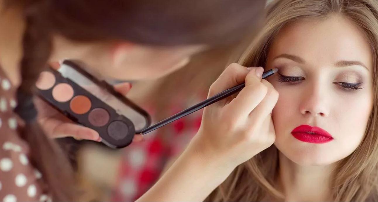 Какую косметику выбрать, профессиональную или декоративную