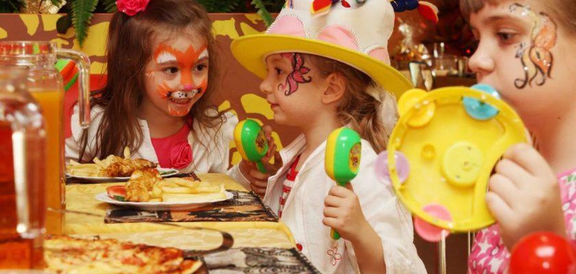 Как устроить весёлый праздник детям дома недорого